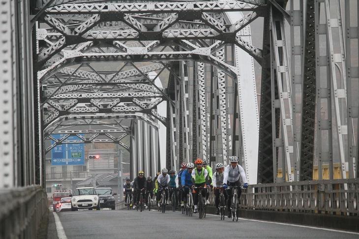 富士川大橋を渡っていく