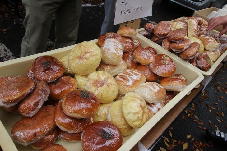 様々な種類のパンがならんだ