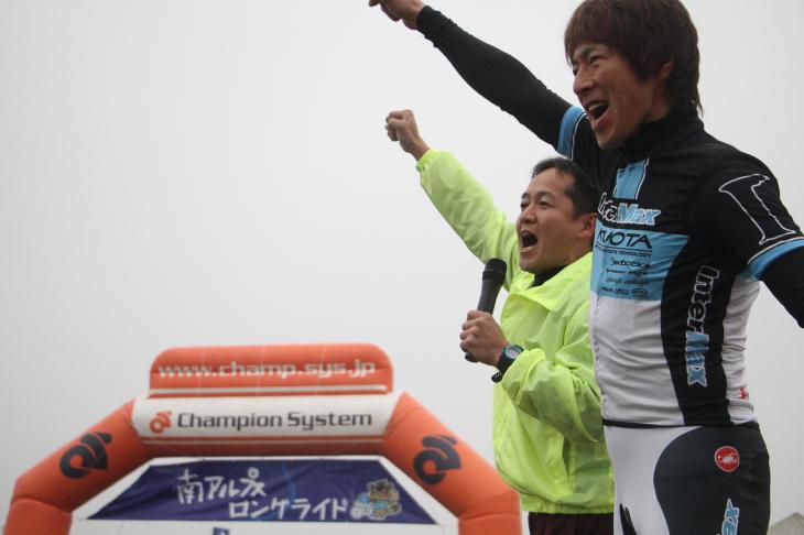 青木理事長と今中さんがスタート前に鬨の声を上げます