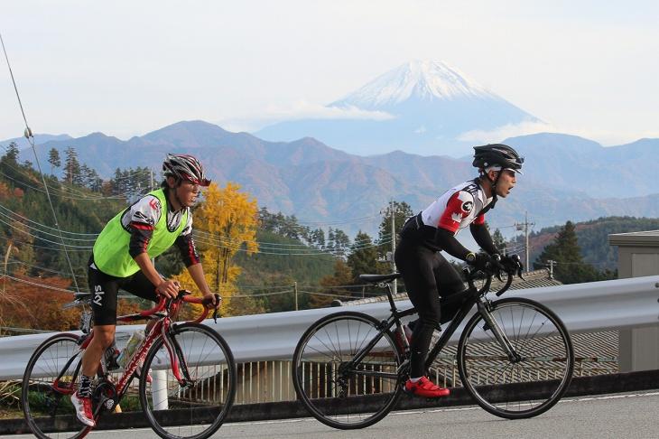 富士山をバックに登っていく