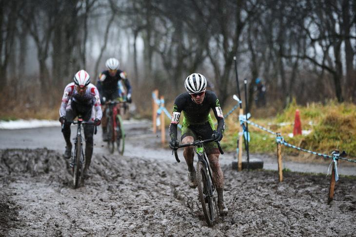 エリート男子 先頭で泥セクションに突っ込むキャメロン・ベアード(Cannondale/Cyclocrossworld.com)
