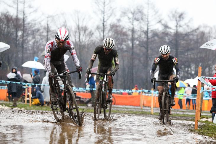 エリート男子 先頭で競り合う沢田時(ブリヂストンアンカー)、キャメロン・ベアード(Cannondale/Cyclocrossworld.com)、ケヴィン・ブラッドフォード(SET/Coaching.com)