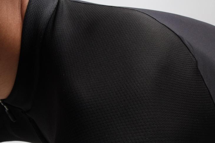 肩部分はディンプル加工が施された生地「Dimplex」を用い、シームレスに仕上げている