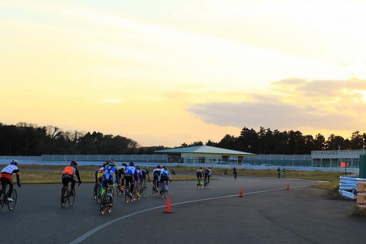 夕焼けの中、最後のレースが行われる