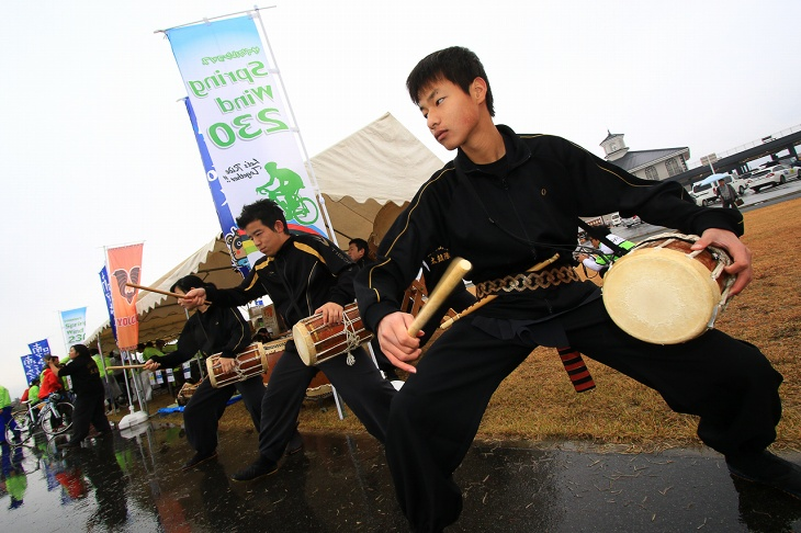 韮崎工業高校太鼓部による力強い演奏が響き渡る