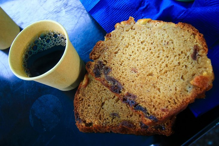 コーヒーの苦みにパウンドケーキの甘さが引きたてられていました