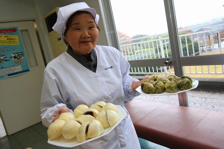 おばあちゃんが次々にお饅頭を運んできてくれます