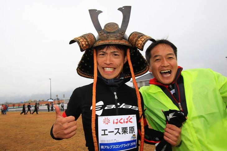 伝統的なヘルメットをかぶったエース栗原さんとやまなしサイクルプロジェクトの青木理事長