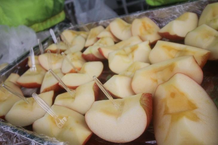 地元産のりんごがたくさん用意されています
