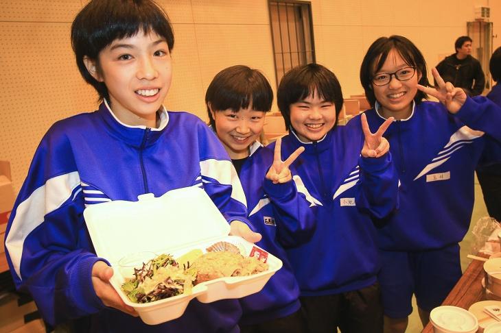 中学生達がお弁当を配ってくれます
