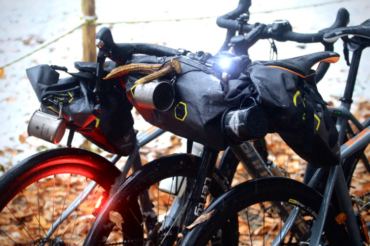バイクバッグを装備したSLATEたち。マグカップを括り付けると一気に本物感が増すのはなぜだろう?
