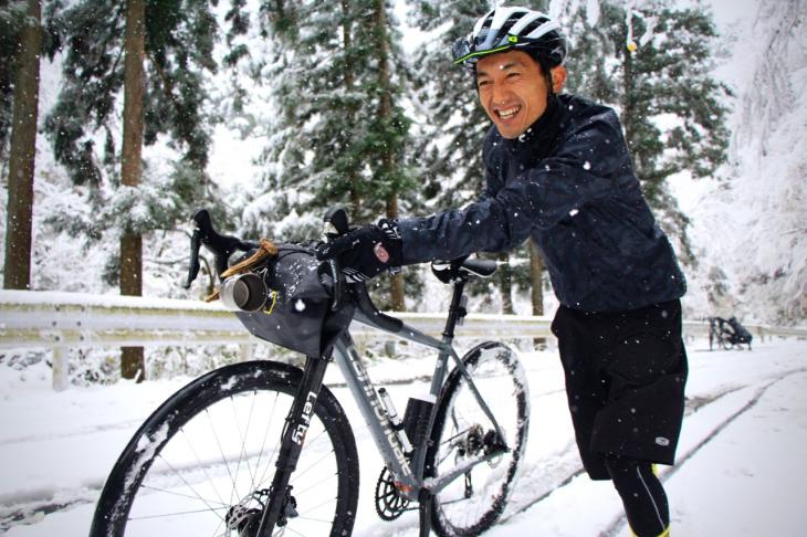 広河原逆川林道は乗車を阻む深い雪。ランニングを強いられつつも笑いが止まらない