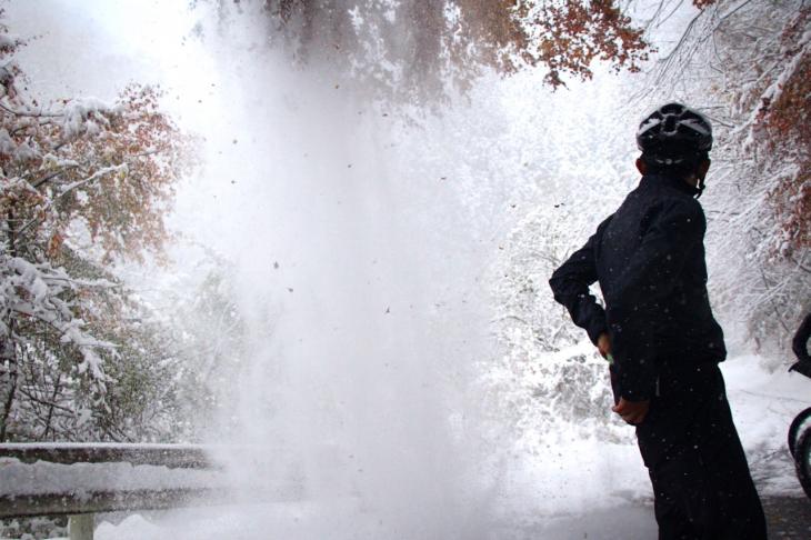 バキバキッ、ドシッ、バササー...。突然の垂り雪に驚くカズさん
