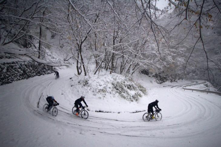 テールスライドさせながら林道を下る。4輪の轍を残したのは、同じく雪を心待ちにしていたであろうジムニー