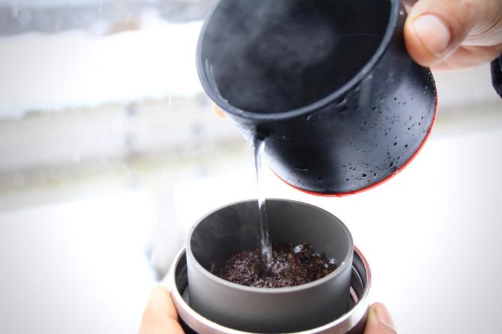 お湯を注ぐと、香りと共に粗挽きの豆がふわっと立ち上がる