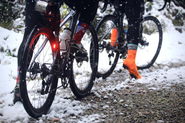 少しの雪や砂利道、舗装路が混ざるコンディションこそ650×42cタイヤが活きる場面だ