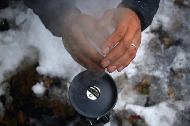 気温はマイナス2℃くらいだろうか?湧き上がる蒸気で暖をとる