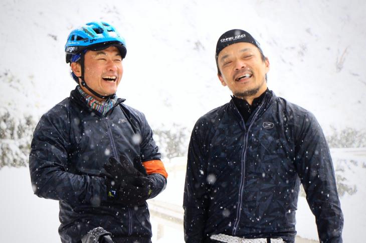 今回の案内役を務めてくれた、Above Bike Storeのオーナーである須崎真也さん(右)と、サイクルハウスミカミの三上和志さん(左)