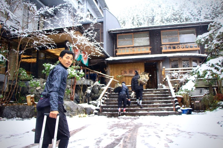 かじかんだ身体を温めに、名栗温泉・大松閣へ。この地で100年以上にも渡って営業している人気の宿