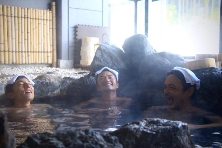 柔らかなラジウム鉱泉がじわりと緊張を解いてくれた。熱すぎない、40度のお湯はライド後のトークにもぴったり