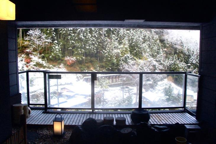 展望風呂から望む名栗の山々。空には大雪が嘘のような青空が広がっていた