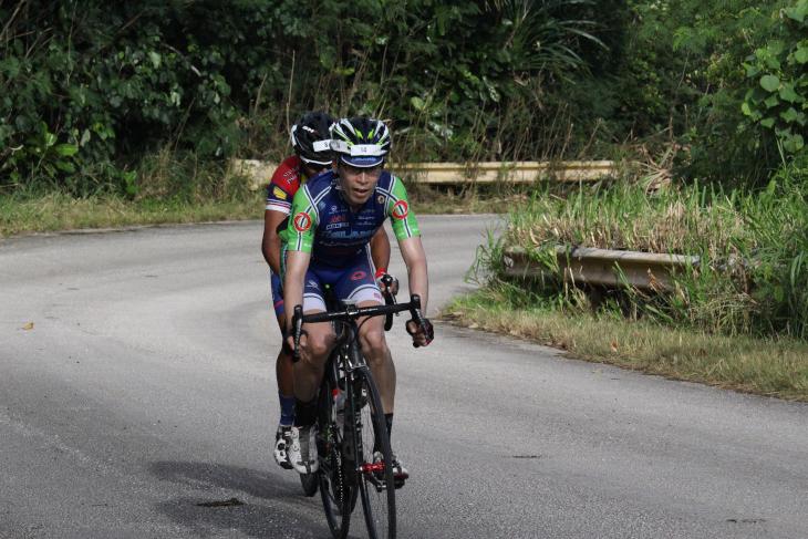 フィリピンの選手と2人で抜け出した森本選手が、最後の登坂に差し掛かる