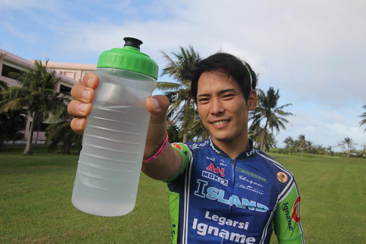 暑い日はボトルからの補給がメインになるため、エネルギーを同時に摂取できるのは助かる