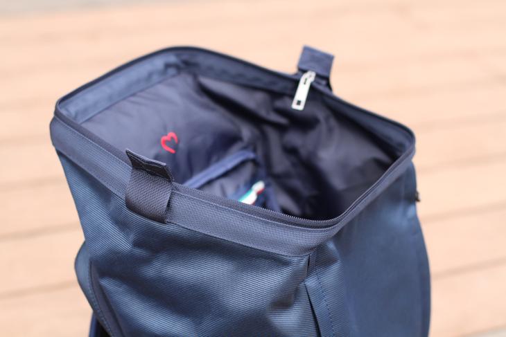 がま口財布のようにバッグを開けるため、大きな荷物など入れやすくなている