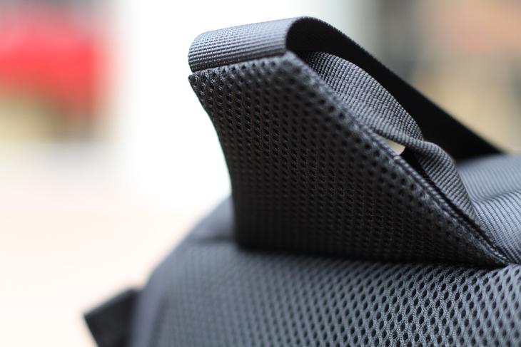 肩と接触する部分にもクッションが設けられている