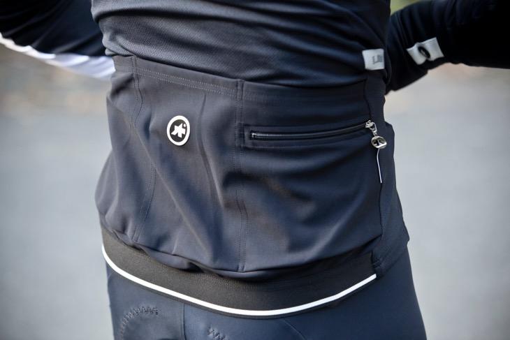 ポケットはやや深めのポケットが3つあり、ウインドシェルなどもスマートに収納できる。右肺面のポケットにはジッパーが用意される