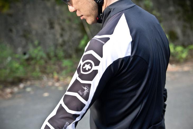 肩まわりから背中にかけては、大きめのパターンを立体的に組み合わせることで、ライディング時のウェアの突っ張りによるストレスを感じさせない