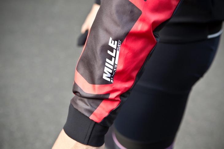 袖の前側(赤い生地)の部分には、最新の防風素材・プルートクラットウルトラを採用