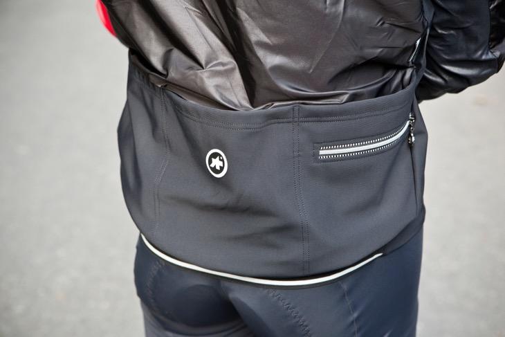 背面のポケットは深めに設計されており、アウターシェルのようなかさばるアイテムも余裕で収納できるキャパシティがある
