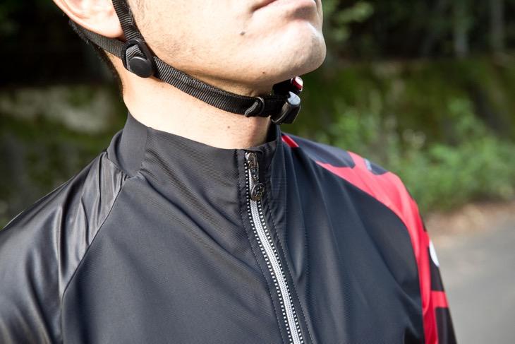 襟と前身頃の部分は1枚のパネルで構成されている。大きめのパネルを最小限の縫い目で縫製し、縫い目によるストレスを低減する考え方は上位モデルと共通する
