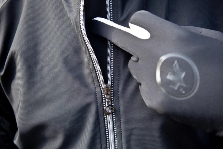 フロントジッパーの裏側には比翼部が設けられており、ジッパーの歯の間から冷気がウェア内に侵入するのを防ぐ