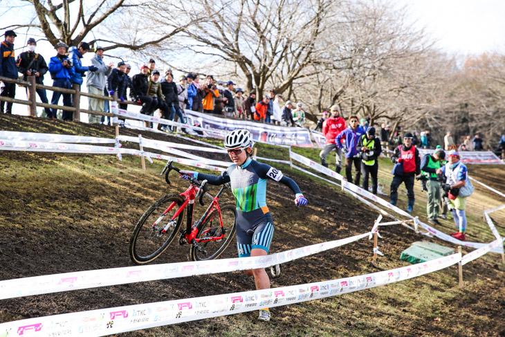 軽快なランでキャンバーをこなす今井美穂(CycleClub.jp)