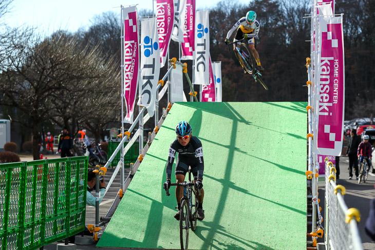 U23 4周目後半、横山航太(シマノレーシング)とフライオーバーでジャンプを決める織田聖(弱虫ペダルサイクリングチーム)
