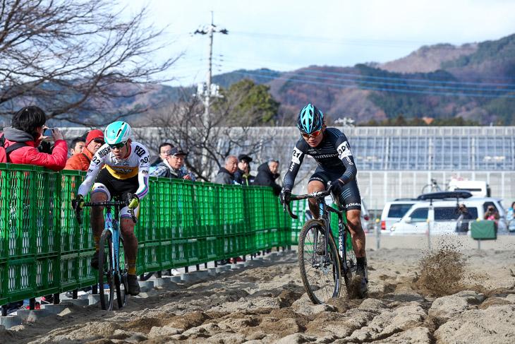 U23 ラスト2周後半の砂場でインを突く織田聖(弱虫ペダルサイクリングチーム)