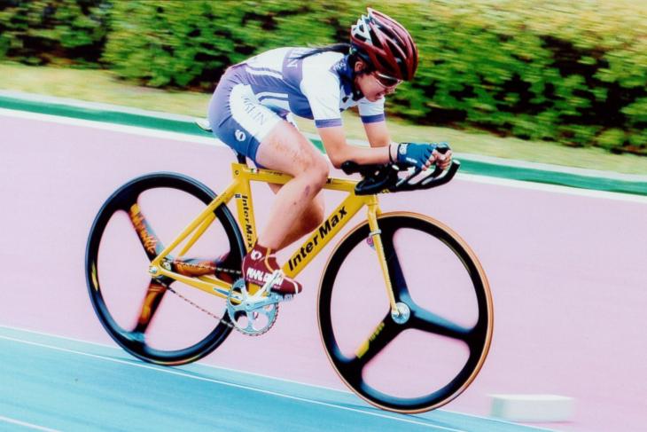 2005年、平塚競輪場で開催された関東高等学校自転車競技大会トラック競技を走る針谷千紗子