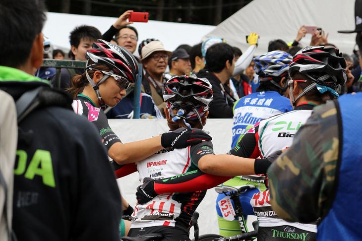 2016ジャパンカップスタート前、針谷とチームメイトの伊藤、吉川が肩を組む: (c)Chisako Harigai