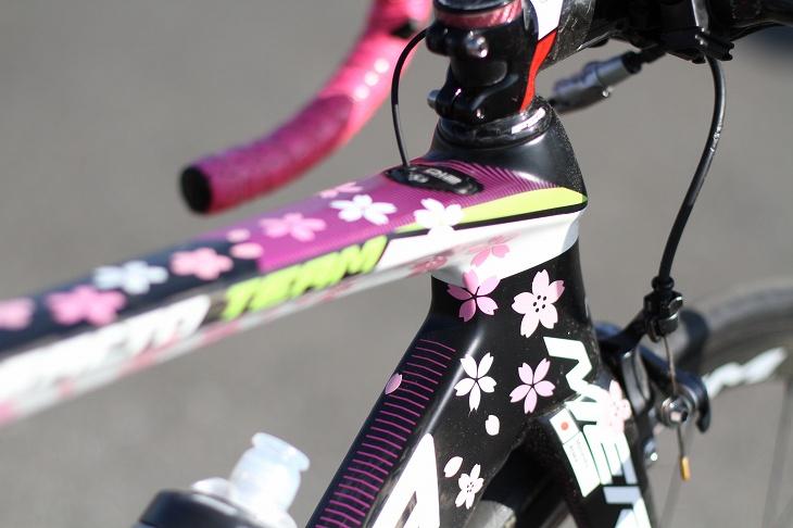 桜ステッカーが貼られている