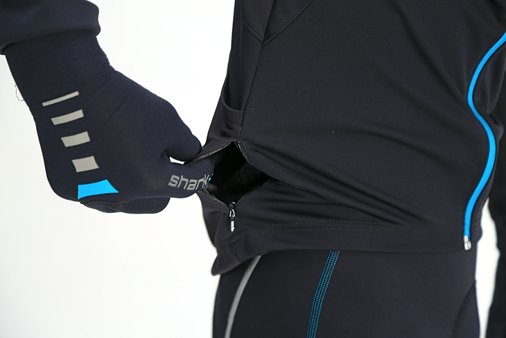 右のリアポケット側面にはジッパー付きのミニポケットも