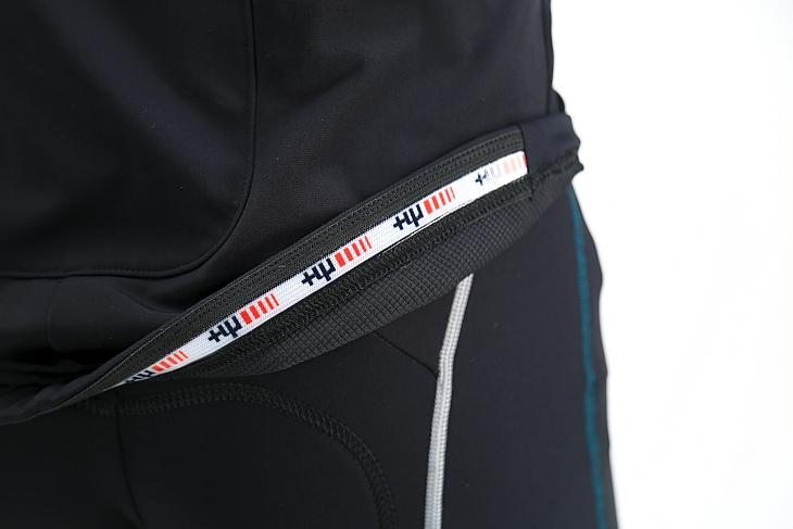 裾部分にはブランドロゴの入った滑り止めが配されジャケットのずり上がりを防ぐ