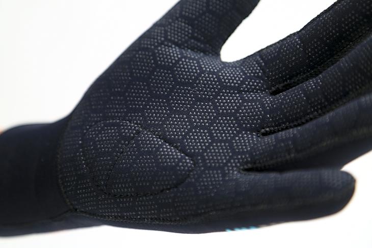 細かい滑り止めが手のひら全面に配される。小指球部分にはクッションも