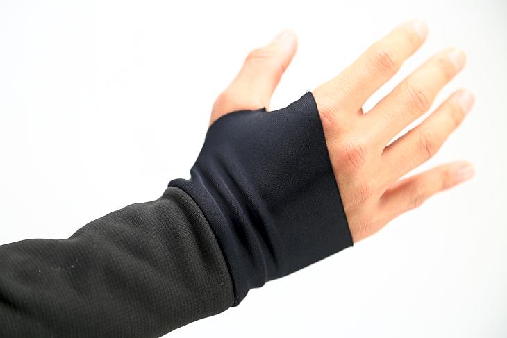 袖口は親指を通す穴を設けたカットとされ手首が冷えるのを防いでくれる