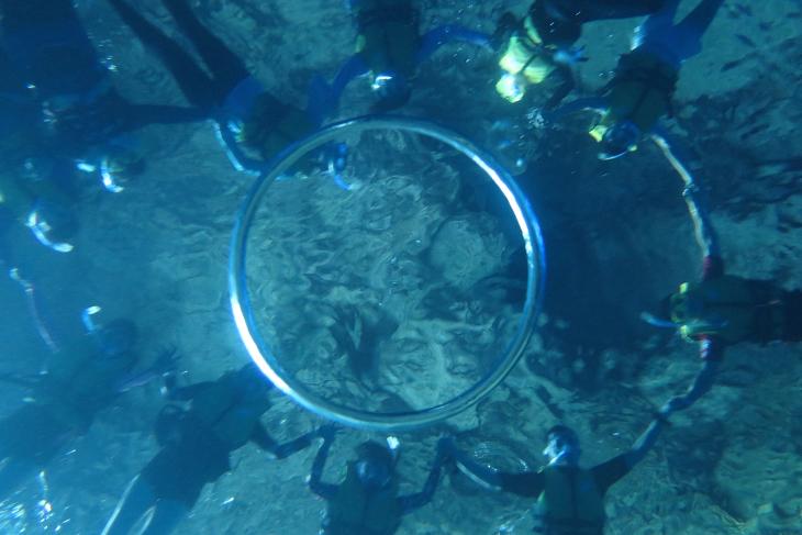 参加者全員でこんな写真も。空気の輪っかを作るのには技術が必要で、挑戦したら海水を飲む羽目に