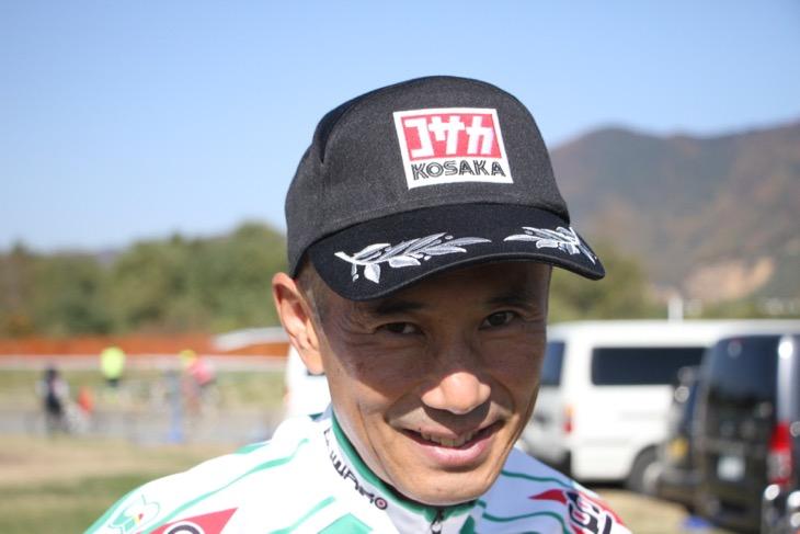 ヨシ○ラ風ロゴのポディウムキャップは、バイク好きの本人のために仲間がジョークで作ったもの。非売品