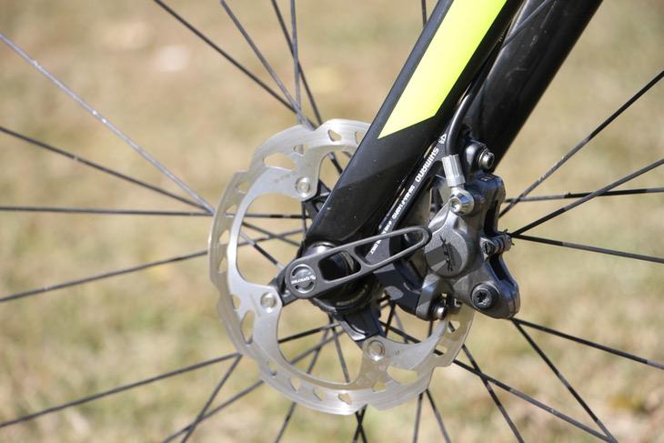 タイヤのグリップ力を踏まえ、フロントのディスクローター径は140mmに変更している