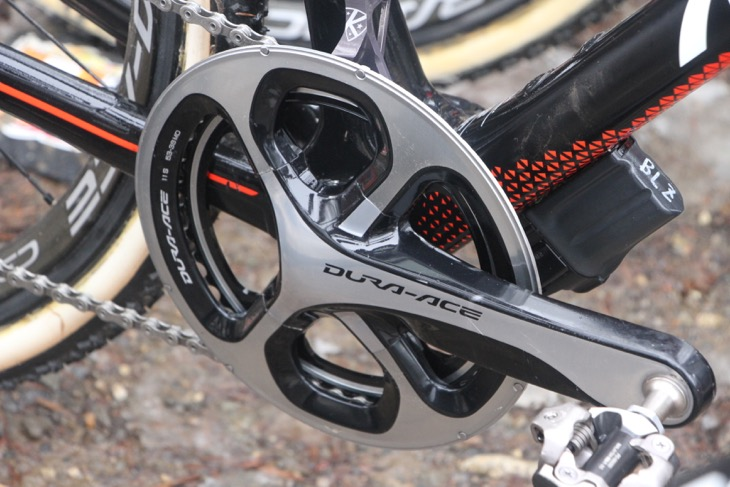 阿部嵩之のバイクはフロントシングル(42T)。歯を削り落としたアウターリングをチェーン落ち防止用に残している