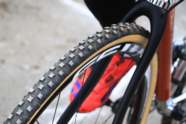 全日本選手権では見慣れないブロックパターンを持つデュガスのプロトタイヤを使用した